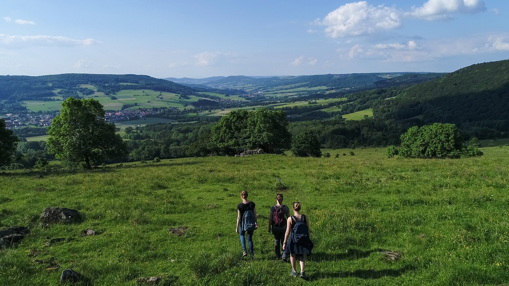 3 Wanderer mit Blick ins Ulstertal